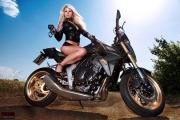 Biker Girl - blond mit Handschellen