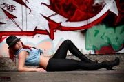 Graffiti - Model in Jeansjacke und Hut