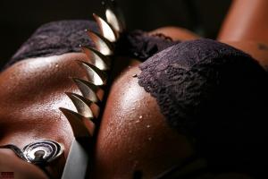 Wassertropfen mit Lederband und Nieten